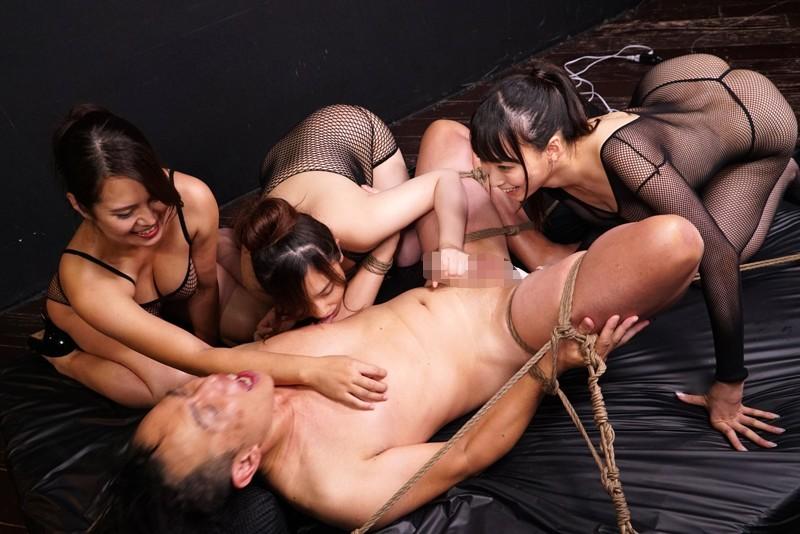 身動き取れない状態で三人の女に取り囲まれて乳首と肉棒と… 画像 05