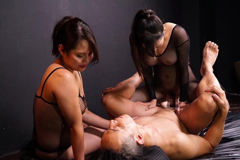 身動き取れない状態で三人の女に取り囲まれて乳首と肉棒と… 画像 08