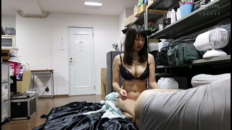 控え室で待機してたら女優に痴女の練習台にされてアナルまで犯された(嬉)! 画像 01