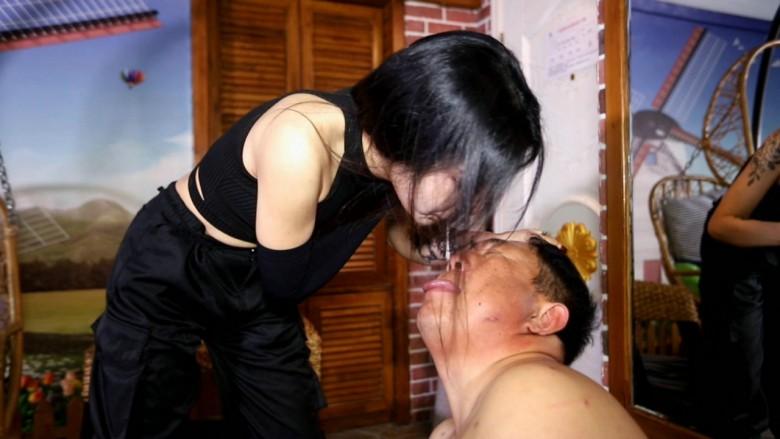 靴舐め・唾・暴行イジメ 06