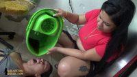 奴隷女に強制的にゴミを食わせるドS熟女