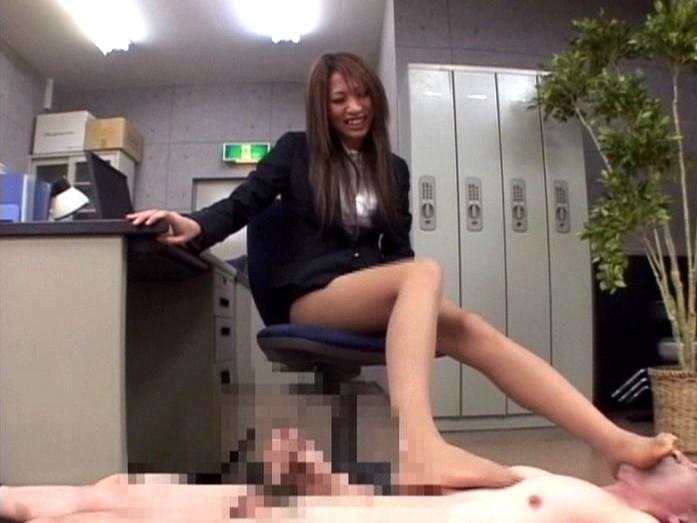 リクルートスーツを着た女に脚責めされた