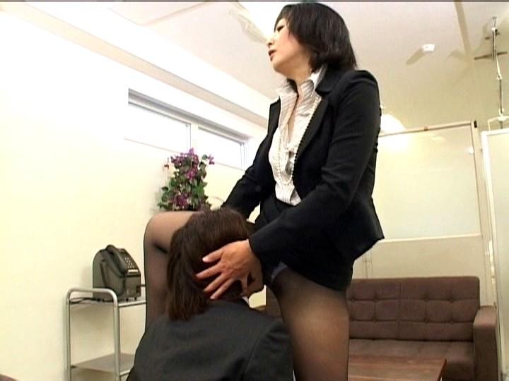 洗ってないマ○コを嫌という程若手社員に舐めさせる女社長