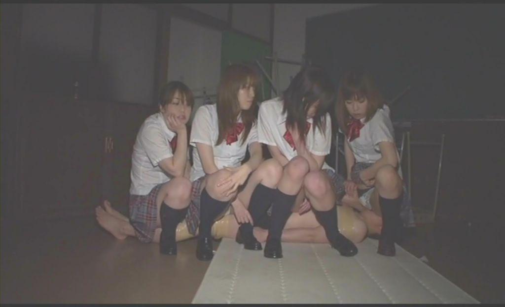 同級生を小便まみれにして遊ぶ女子校生達
