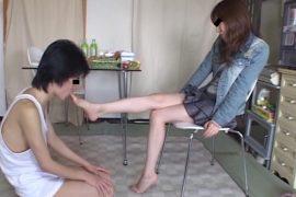 密かに憧れていたお姉さんのナマ足でいたぶられ爪先で餌を貰い喜ぶ学生君