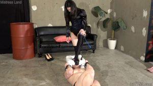 彼女と奴隷男のプレイを見せつけられマゾにされていく寝取られ彼氏 4