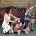 訓練した自分の奴隷を戦わせて楽しむ女王達 1