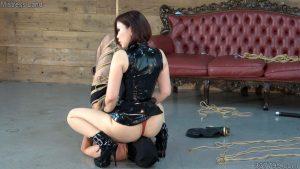 訓練した自分の奴隷を戦わせて楽しむ女王達 3